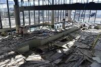 温浴施設「リフレ富岡」では、震災でプールの天井が崩落したままになっていた=福島県富岡町で2018年3月2日、竹内紀臣撮影
