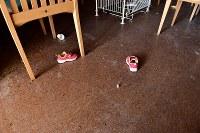 帰還困難区域内の温泉施設「リフレ富岡」。東日本大震災からまもなく7年を迎えるが、内部は周辺住民が避難所として利用した子どもの靴などもそのまま残る=福島県富岡町で2018年3月2日午前9時10分、竹内紀臣撮影