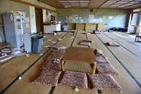 帰還困難区域内の温泉施設「リフレ富岡」。東日本大震災からまもなく7年を迎えるが、内部には震災当時の避難した住民が過ごした跡がそのまま残されていた=福島県富岡町で2018年3月2日午前9時59分、竹内紀臣撮影
