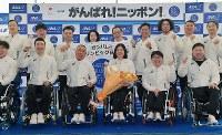 出発セレモニーで記念撮影に応じる平昌パラリンピック日本代表の選手ら=羽田空港で2018年3月3日午前8時1分、西本勝撮影