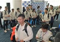 韓国行きの飛行機に向かう平昌パラリンピック日本代表の選手ら=羽田空港で2018年3月3日午前8時12分、西本勝撮影
