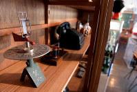 学校で昔使われていた実験用具などが今でも残る=京都府京丹波町の旧質美小学校で、平川義之撮影