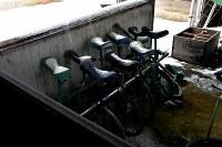 校舎の片隅に残っていた一輪車=京都府京丹波町の旧質美小学校で、平川義之撮影