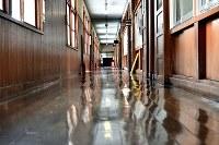 校舎内の廊下。板張りの感触が足裏に柔らかく伝わる=京都府京丹波町の旧質美小学校で、平川義之撮影