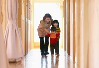 4月から初の園児受け入れを前に、昨年11月から一時預かり保育を開始した認定こども園「浪江にじいろこども園」では、所用で浪江町を訪れる元住民たちが子どもの体を気遣い利用することもある。南相馬市で働く母に預けられた長谷川夢依(めい)ちゃん(4)=右=と煌輝(こうき)くん(1)は、真新しい施設に笑い声を響かせていた。保育士が減った町で「もう一度子どもを育てる仕事がしたい」との思いから同園で働くことを決めた保育教諭の鈴木美恵子さん(58)=奥=は「7年のブランクで勘が取り戻せないが、子どもの笑顔を見ると元気が湧く。子どもを見かけることは少ないが、ここを拠点に少しでも町に活気が戻ってくれれば」と話した=福島県浪江町で2018年2月23日、宮武祐希撮影