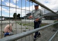 避難先から戻る前に、自宅の敷地内にイノシシが侵入しないよう、手作りでフェンスを設置する植田和夫さん(67)夫婦。大きなスーパーなど生活基盤が整わないので、今も帰還をためらっている=福島県浪江町で2017年6月4日、小出洋平撮影