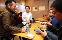 小料理屋「結のはじまり」で笑顔で接客する女将の古谷かおりさん(33)=中央=。「復興事業に携わる新しい住民と帰還した町民との関係づくりの手伝いをしたい」と昨年開店させた。古谷さんは「溶け込みたい人と受け入れたい人が出会う場になれば」と話す=福島県楢葉町で2018年2月25日、宮武祐希撮影