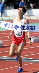 【びわ湖毎日マラソン】日本人トップの7位でフィニッシュする中村匠吾=大津市の皇子山陸上競技場で2018年3月4日、幾島健太郎撮影