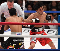 【WBCバンタム級王座戦】二回、ルイス・ネリのパンチを顔面に浴びてダウンする山中慎介(右)=東京・両国国技館で2018年3月1日、丸山博撮影