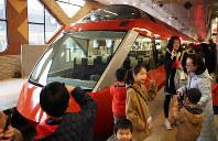試乗会で小田急新宿駅に入線した新型ロマンスカー「GSE」の前で記念撮影をする人たち=東京・新宿で2018年2月25日、内林克行撮影