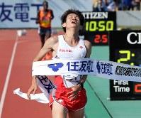 日本人トップの7位でフィニッシュする中村匠吾=大津市の皇子山陸上競技場で2018年3月4日、貝塚太一撮影