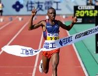 1位でフィニッシュするディラング=大津市の皇子山陸上競技場で2018年3月4日、貝塚太一撮影