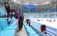 パラリンピック開幕を前に会場の清掃をするボランティアの人たち=江陵ホッケーセンターで2018年3月4日、宮武祐希撮影