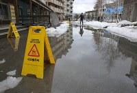 気温上昇で、積もった雪が溶け出して大きな水たまりができていた=韓国・平昌で2018年3月4日、宮武祐希撮影