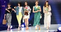 最新のファッションでさっそうとランウエーを歩くモデルたち=神戸市中央区のワールド記念ホールで、目野創撮影