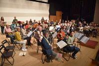 演奏会に向け練習に励む「みなみシニア吹奏楽団」の団員たち=名古屋市南区で