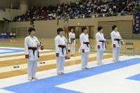 女子団体組手準優勝の日本航空高校チーム=2017年3月