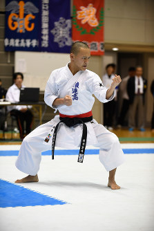 男子個人形決勝、スーパーリンペイを演武する柴谷聖良(浪速高校)=2017年3月