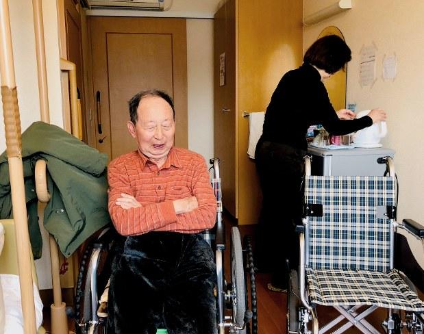 家族と一時外出の準備をする認知症の男性=愛知県で