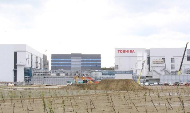 東芝の半導体メモリー事業の拠点だった四日市工場=2018年3月1日、松本宣良撮影