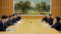 韓国特使の鄭義溶氏らと会談する、北朝鮮の金正恩氏(右から2人目)、手前は正恩氏の妹、金与正氏=平壌で5日、韓国大統領府提供・ロイター