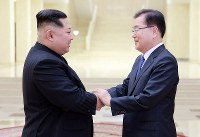 韓国特使の鄭義溶氏(右)と握手する、北朝鮮の金正恩氏=平壌で5日、韓国大統領府提供・ロイター
