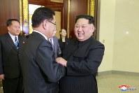 韓国特使の鄭義溶氏と握手を交わす、北朝鮮の金正恩氏(右)=平壌で5日、朝鮮中央通信・ロイター