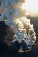 爆発的噴火が観測された霧島連山の新燃岳=宮崎・鹿児島県境付近で2018年3月6日午後5時20分、本社ヘリから上入来尚撮影