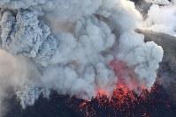 爆発的噴火が観測された霧島連山の新燃岳。激しく噴煙を上げていた=宮崎・鹿児島県境付近で2018年3月6日午後5時19分、本社ヘリから上入来尚撮影