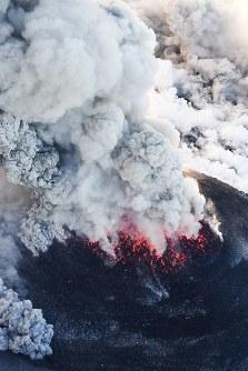 爆発的噴火が観測された霧島連山の新燃岳。激しく噴煙を上げていた=宮崎・鹿児島県境付近で2018年3月6日午後5時17分、本社ヘリから上入来尚撮影