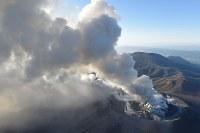 爆発的噴火が観測された霧島連山の新燃岳=宮崎・鹿児島県境付近で2018年3月6日午後5時12分、本社ヘリから上入来尚撮影