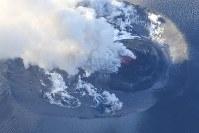 爆発的噴火が観測された霧島連山の新燃岳=宮崎・鹿児島県境付近で2018年3月6日午後5時6分、本社ヘリから上入来尚撮影