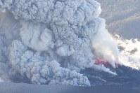 爆発的噴火が観測された霧島連山の新燃岳。激しく噴煙を上げていた=宮崎・鹿児島県境付近で2018年3月6日午後5時15分、本社ヘリから上入来尚撮影