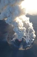 爆発的噴火が観測された霧島連山の新燃岳。激しく噴煙を上げていた=宮崎・鹿児島県境付近で2018年3月6日午後5時20分、本社ヘリから上入来尚撮影
