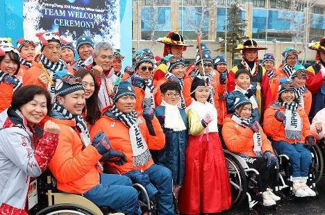 入村式で笑顔を見せる日本の選手たち=韓国・平昌で2018年3月6日、宮武祐希撮影
