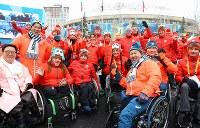 入村式で各国の選手たちと笑顔を見せる日本の選手たち=韓国・平昌で2018年3月6日、宮武祐希撮影