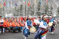 入村式で、韓国の伝統的な踊りで歓迎される日本の選手たち=韓国・平昌で2018年3月6日、宮武祐希撮影
