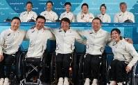 入村式後の記者会見で笑顔で記念撮影に臨むアルペンの選手たち=韓国・平昌で2018年3月6日、宮武祐希撮影