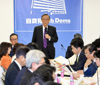 In this this Feb. 28, 2018 file photo, Hiroyuki Hosoda, chief of the Liberal Democratic Party's Headquarters for the Promotion of Revision to the Constitution, addresses a general meeting of the panel at party headquarters in Tokyo's Chiyoda Ward. (Mainichi)