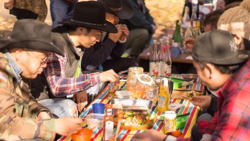 「彩湖・道満グリーンパーク」で開催されたバーベキューの様子=筆者提供