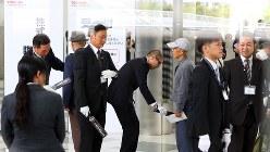 東芝の臨時株主総会で持ち物検査を行う事務局のスタッフ=2017年10月24日、小川昌宏撮影