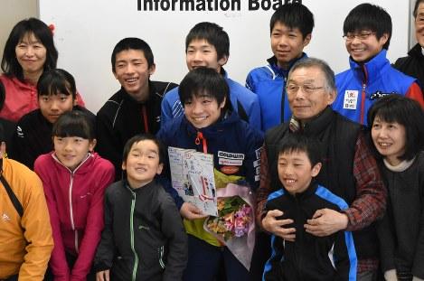 少年団の壮行会に出席し、活躍を誓う星沢(中央)=札幌市清田区で