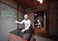 「松下幸之助歴史館」の中に再現された「創業の家」。手前は創業当時の松下幸之助、奥は妻・松下むめのの人形=大阪府門真市で2018年3月6日、小関勉撮影