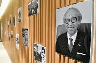 1933年当時の本店の姿を跡地に再現した「松下幸之助歴史館」。一面に掲げられた松下幸之助の写真=大阪府門真市で2018年3月6日、小関勉撮影