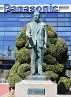 1933年当時の本店の姿を跡地に再現した「松下幸之助歴史館」のそばに立つ松下幸之助の銅像=大阪府門真市で2018年3月6日、小関勉撮影