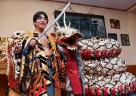 石見神楽の衣装を着て大蛇退治のポーズを決める豊島将之八段=大田市三瓶町志学のさんべ荘で2018年3月7日午後6時13分、川平愛撮影