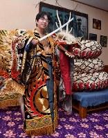 石見神楽の衣装を着て大蛇退治のポーズを決める豊島将之八段=大田市三瓶町志学のさんべ荘で2018年3月7日午後6時14分、川平愛撮影