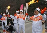 アルペン競技会場のある旌善に入り、聖火を引き継ぐランナーたち=韓国・旌善で2018年3月7日、宮武祐希撮影