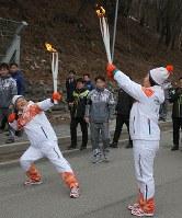 聖火を手に、ウサイン・ボルトのポーズを取る聖火ランナーたち=韓国・旌善で2018年3月7日、宮武祐希撮影