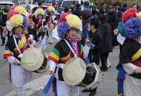 伝統的な踊りで聖火ランナーを出迎える人たち=韓国・旌善で2018年3月7日、宮武祐希撮影
